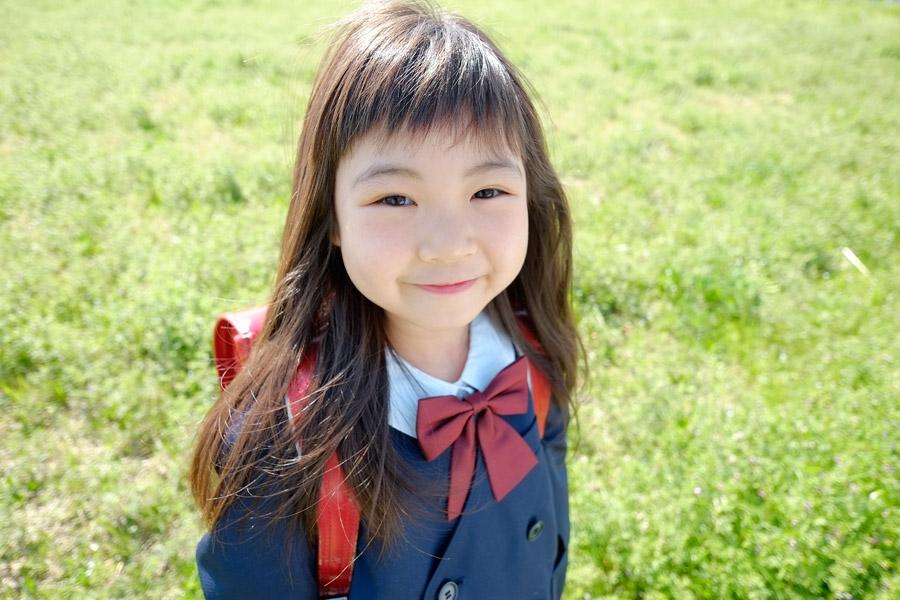 フリー写真 ランドセルを背負う小学生の女の子