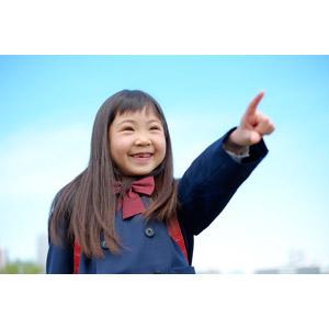 フリー写真, 人物, 子供, 女の子, アジアの女の子, 日本人, 女の子(00119), 学生(生徒), 学生服, 小学生, 指差す, 右上を指す, 青空, 笑う(笑顔)