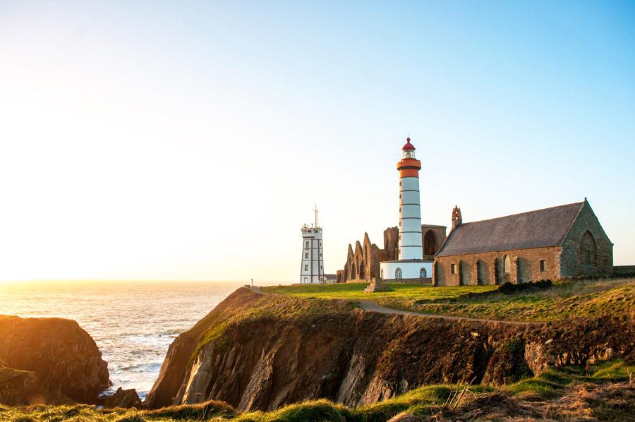 フリー写真 サン=マチュー岬の灯台と修道院跡の風景