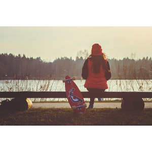 フリー写真, 人物, 女性, 後ろ姿, 座る(ベンチ), ニット帽, 人と風景, スケートボード(スケボー)