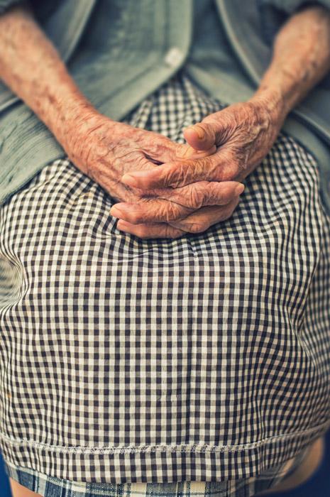 フリー写真 手を組むおばあさんの手