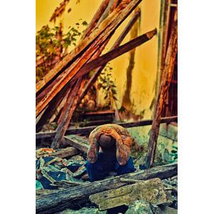フリー写真, 人物, 男性, 頭を抱える, 落ち込む(落胆), 失望(絶望), 人と風景, 入れ墨(タトゥー), 廃墟