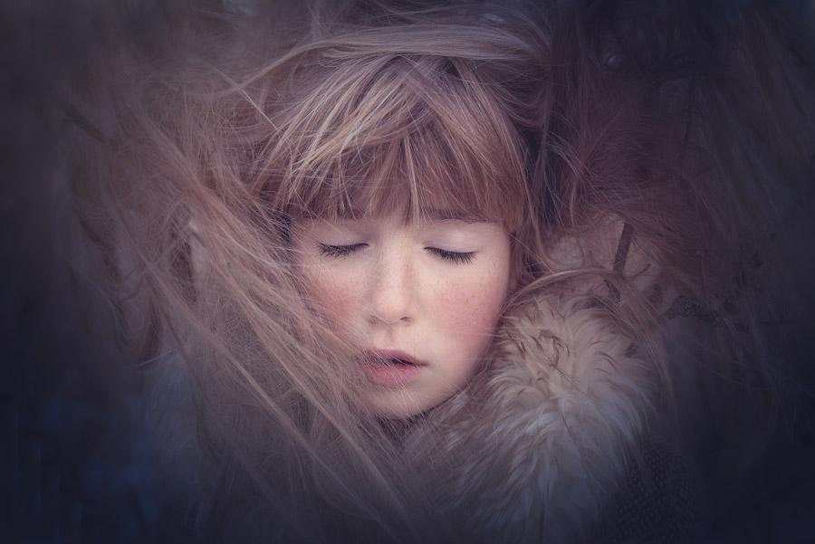 フリー写真 目を閉じる外国の女の子の顔
