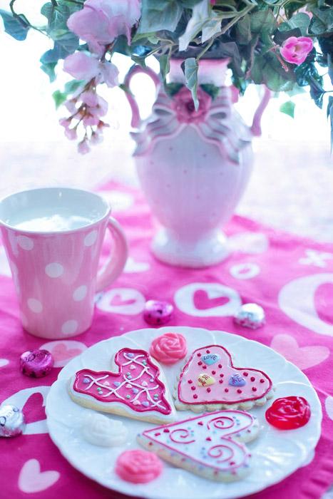 フリー写真 バレンタインクッキーと花瓶の花