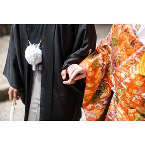 フリー写真, 人物, カップル, 花婿(新郎), 花嫁(新婦), 結婚式(ブライダル), 二人, 和服, 紋付羽織袴, 着物, 神前結婚式, 手をつなぐ