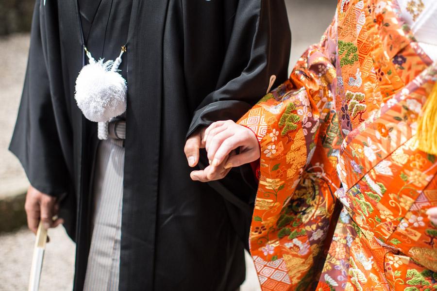 フリー写真 神前結婚式を挙げる新郎新婦