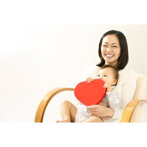フリー写真, 人物, 親子, お母さん(母親), 子供, 赤ちゃん, 二人, 女性(00015), 日本人, ハート, 笑う(笑顔), 座る(椅子)