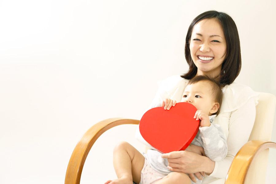 フリー写真 ハートと赤ちゃんと笑顔の母親