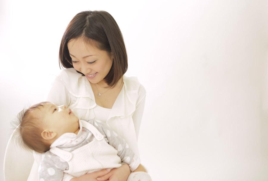 フリー写真 見つめ合う赤ちゃんと母親