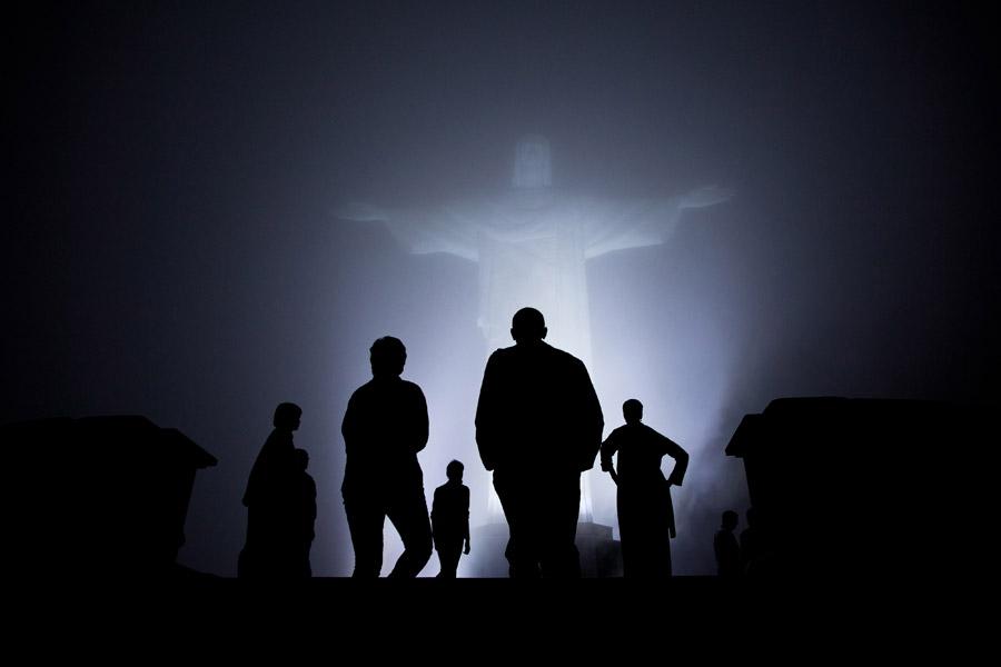 フリー写真 霧の中のコルコバードのキリスト像とオバマ大統領の家族