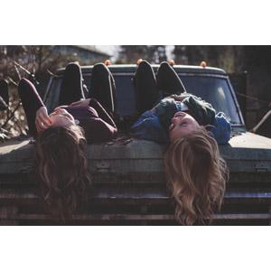 フリー写真, 人物, 女性, 外国人女性, 二人, 寝転ぶ, 仰向け, 廃車(放置自動車)