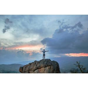 フリー写真, 人物, 人と風景, 後ろ姿, 岩, 歓喜, 手を広げる, 雲