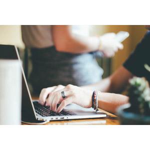 フリー写真, 人体, 手, パソコン(PC), ノートパソコン, タイピング, 仕事, デスクワーク