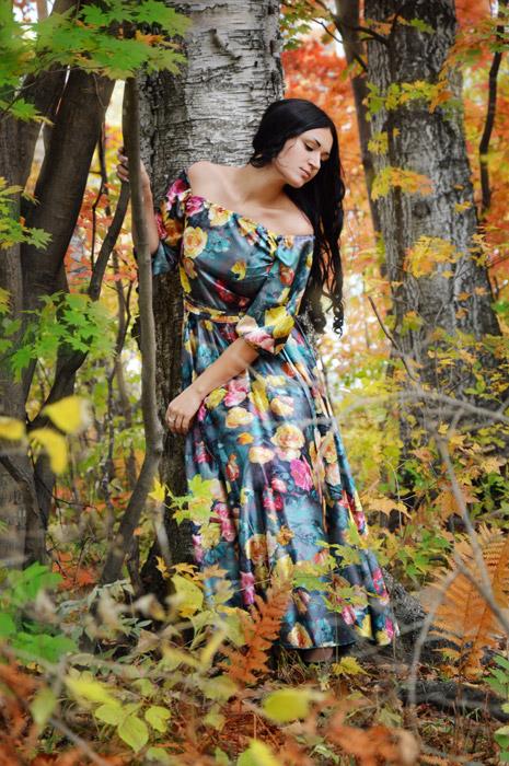 フリー写真 紅葉した森の中のロシア人女性