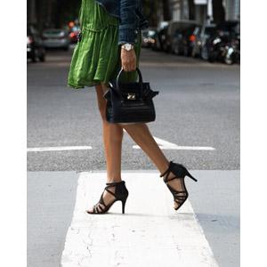 フリー写真, 人物, 女性, 脚, 足, レディースファッション, 鞄(カバン), サンダル, 横断歩道