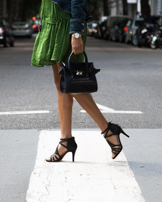 フリー写真 ハンドバッグを持って横断歩道を渡る女性