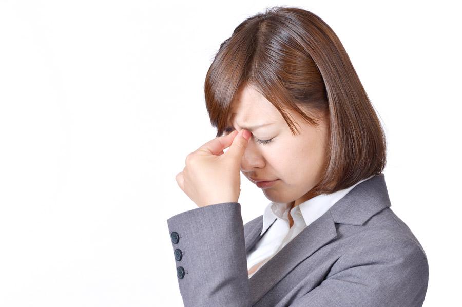 フリー写真 眼精疲労の女性社員