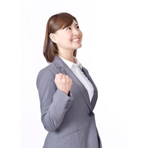 フリー写真, 人物, 女性, アジア人女性, 日本人, 女性(00086), 職業, 仕事, ビジネス, ビジネスウーマン, OL(オフィスレディ), レディーススーツ, 頑張る, やる気, ガッツポーズ, 見上げる(上を向く), 白背景