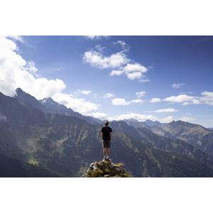フリー写真, 人物, 男性, 外国人男性, 後ろ姿, 人と風景, 山, スロバキアの風景, 眺める