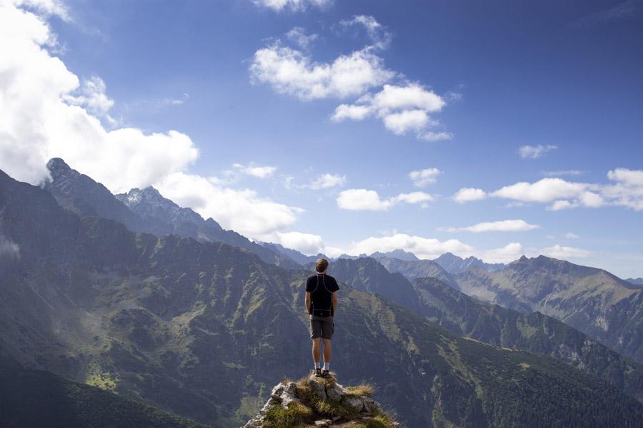 フリー写真 タトラ山脈を眺める男性の後ろ姿