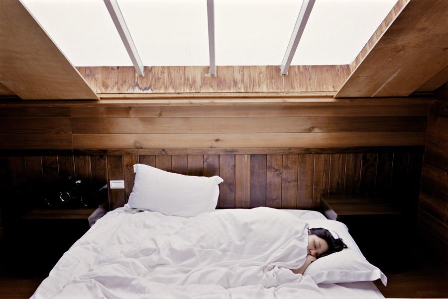フリー写真 ベッドで寝ている女性