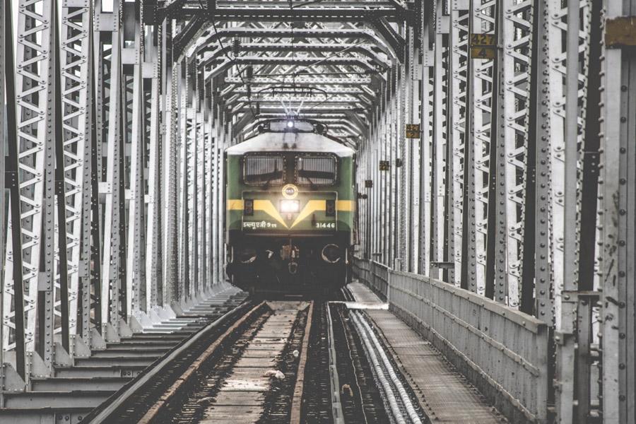 フリー写真 鉄橋を渡る電車
