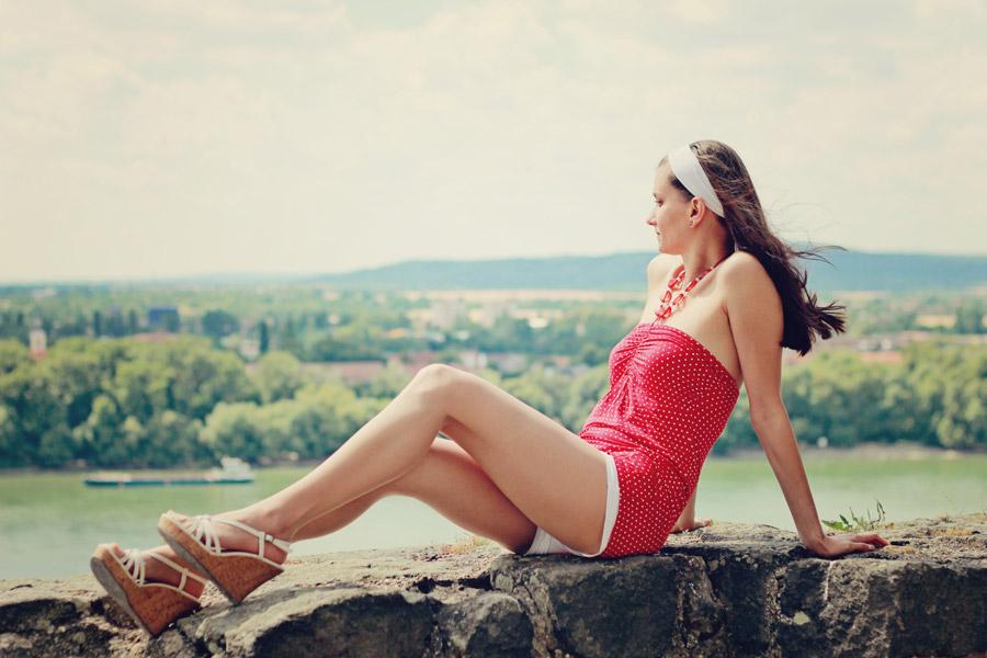 フリー写真 石垣の上に座る外国人女性