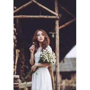 フリー写真, 人物, 女性, アジア人女性, 女性(00127), ベトナム人, 人と花, 花束