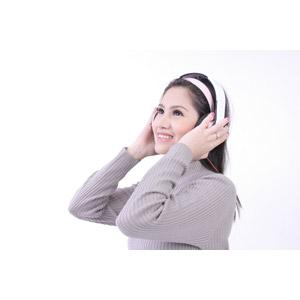 フリー写真, 人物, 女性, アジア人女性, 女性(00159), 音楽鑑賞, ヘッドホン(ヘッドフォン), 白背景, セーター