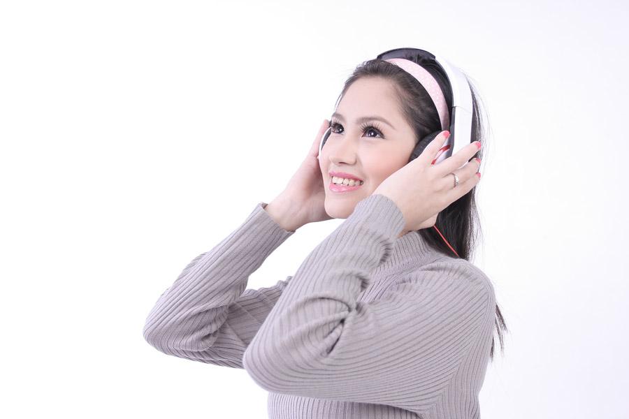 フリー写真 ヘッドホンをして音楽を聴く女性