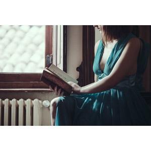 フリー写真, 人物, 女性, 外国人女性, 読む(読書), 本(書籍), ドレス