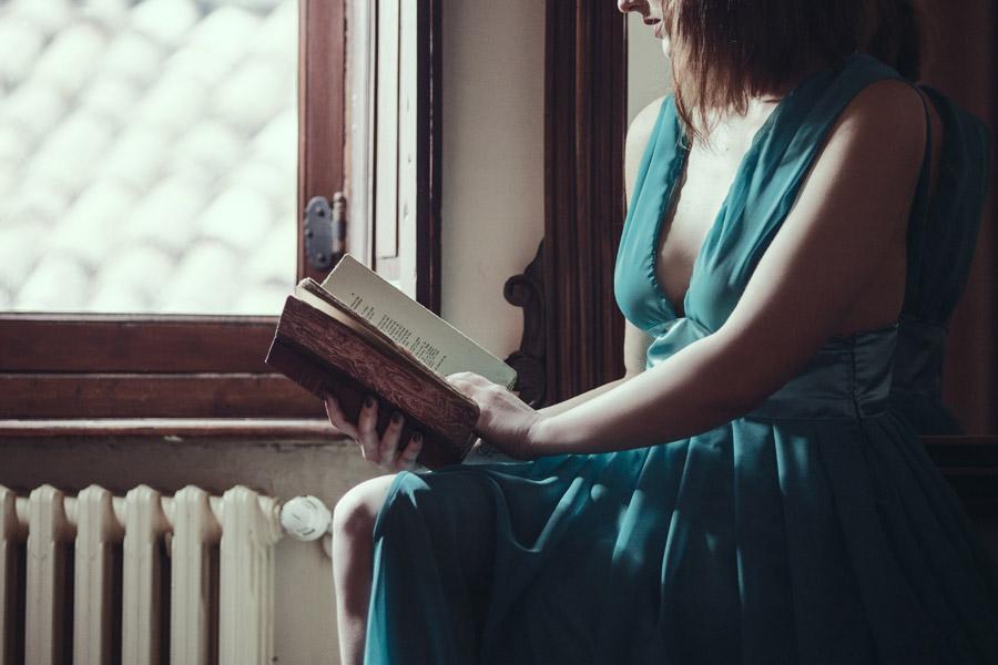 フリー写真 ドレス姿で本を読む外国人女性