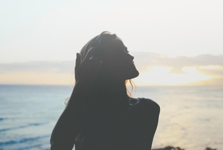フリー写真 髪の毛をかき上げる外国人女性
