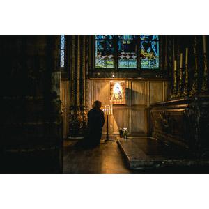 フリー写真, 人物, 祈る(祈り), 膝をつく, キリスト教, 人と風景, 建造物, 建築物, 教会(聖堂), フランスの風景