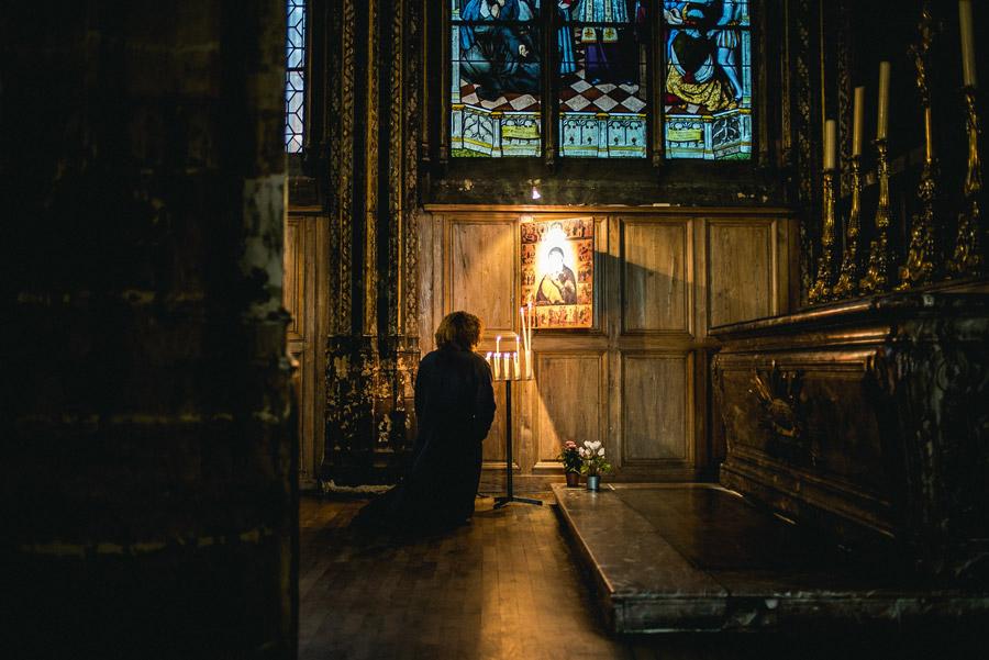 フリー写真 サン・セヴラン教会で祈りを捧げる人
