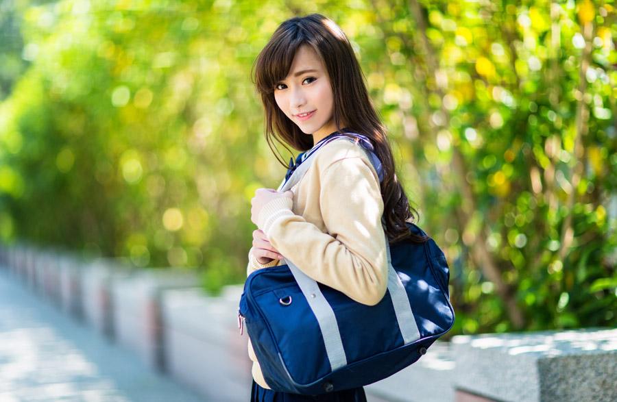 フリー写真 通学鞄を肩にかけた女子高生
