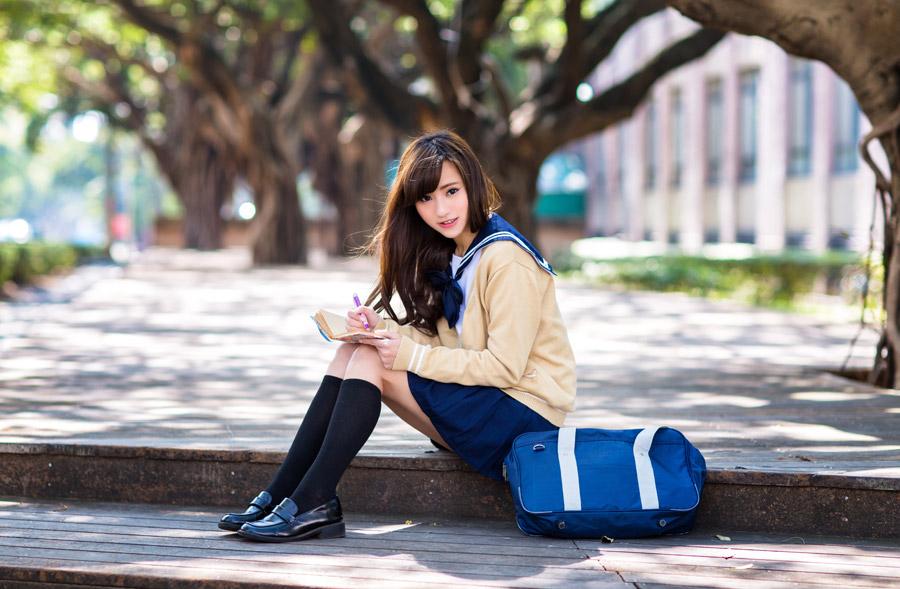 フリー写真 手帳に書き込む女子高生