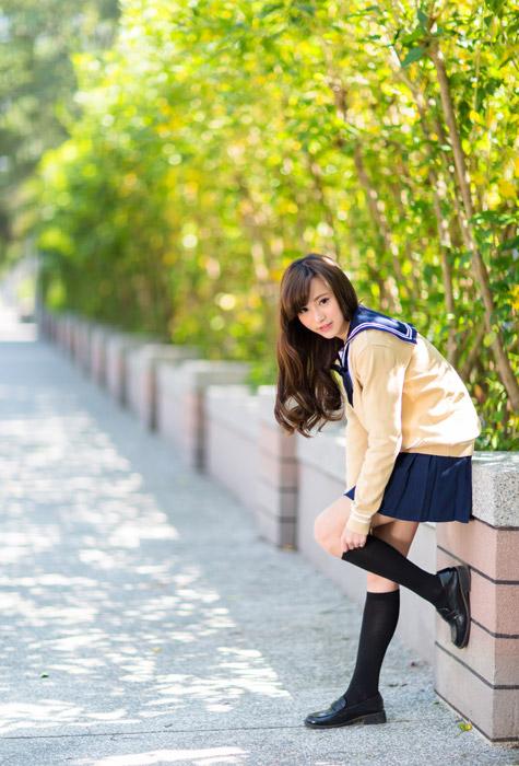 フリー写真 靴下を上げる女子高生