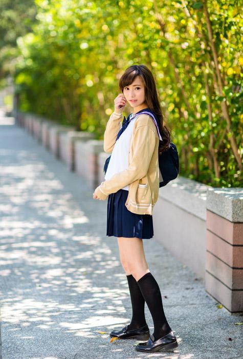 フリー写真 セーラー服とカーディガン姿の女子高生の全身ショット