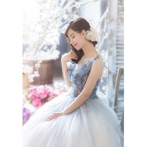 フリー写真, 人物, 女性, アジア人女性, ベトナム人, 目を閉じる, 花嫁(新婦), 結婚式(ブライダル), ウェディングドレス, 座る(椅子), 人と花