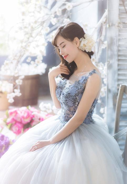フリー写真 ウェディングドレス姿で目を閉じる花嫁