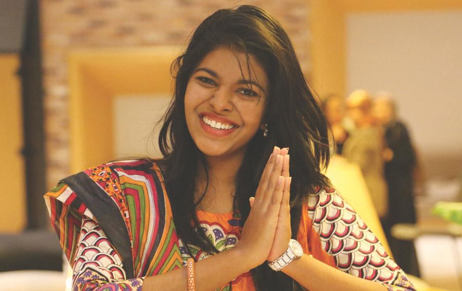 フリー写真 手を合わして挨拶するスリランカの女性