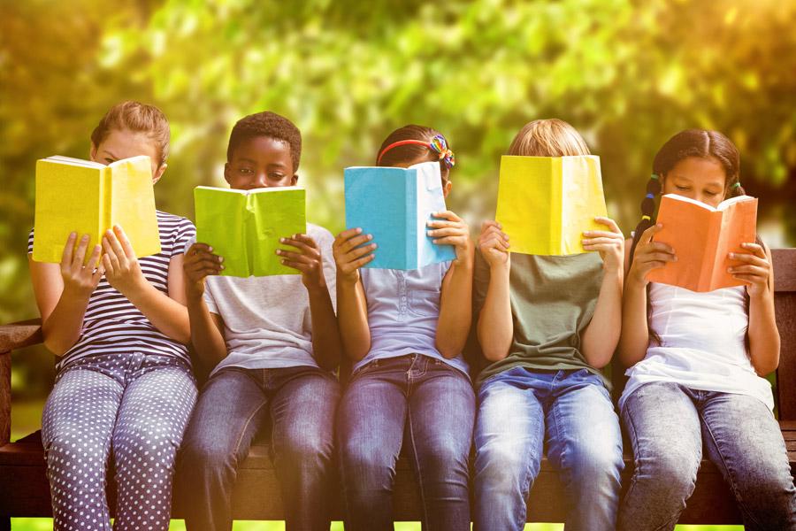 フリー写真 本を読む子供達