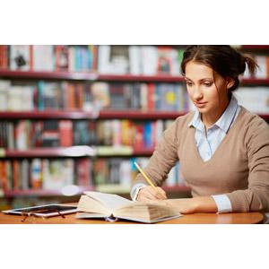 フリー写真, 人物, 女性, 外国人女性, 学生(生徒), 大学生, 図書館, 勉強(学習), 本(書籍), 書く