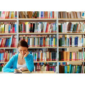フリー写真, 人物, 女性, 外国人女性, 学生(生徒), 大学生, 図書館, 読む(読書), 本(書籍), 頬杖をつく