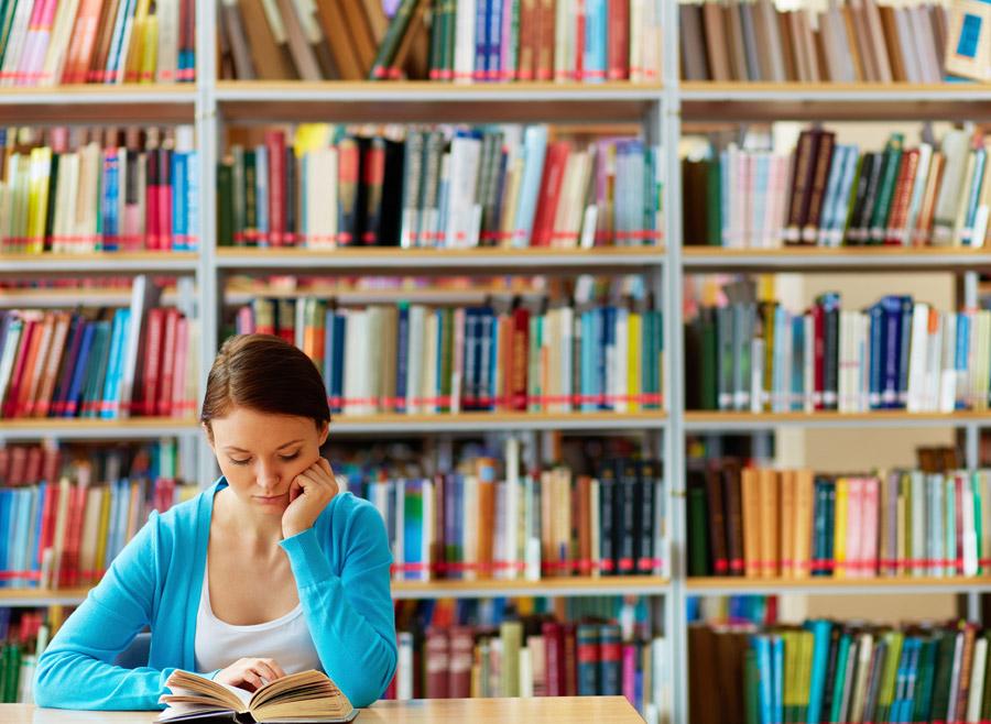 フリー写真 図書館で本読む女子大学生