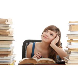 フリー写真, 人物, 女性, 外国人女性, 学生(生徒), 大学生, 本(書籍), 勉強(学習), 読む(読書), 考える, 頬杖をつく, 夢想, 白背景