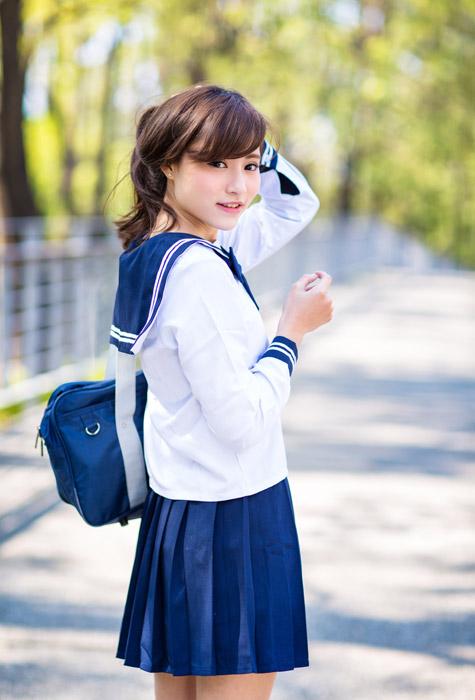 フリー写真 セーラー服姿で振り返る女子高生