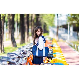 フリー写真, 人物, 少女, アジアの少女, 中国人, 女性(00160), 学生(生徒), 学生服, 高校生, セーラー服(学生服), 通学鞄, 人と乗り物, 自転車