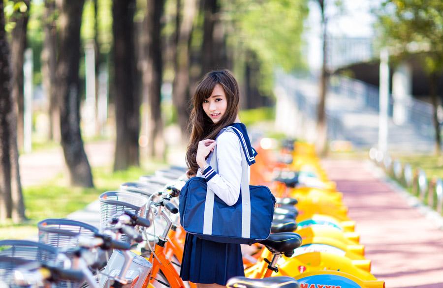 フリー写真 自転車置き場にいる女子高生